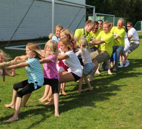 2012 Larkollteamet pluss hjelpere prøver å dra seieren i land 12